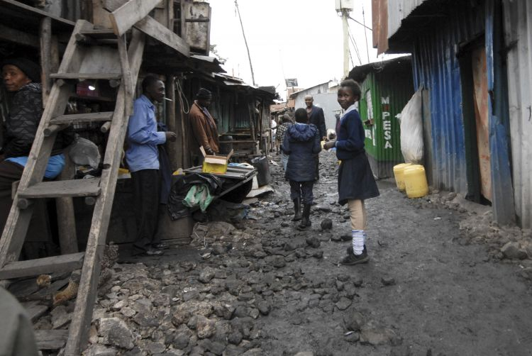 Niños camino del colegio del slum   Juan Cañada